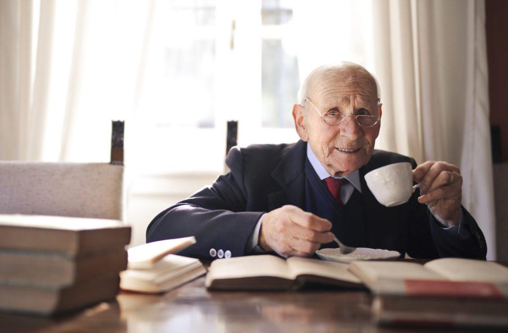 Como os idosos podem encontrar felicidade durante a pandemia