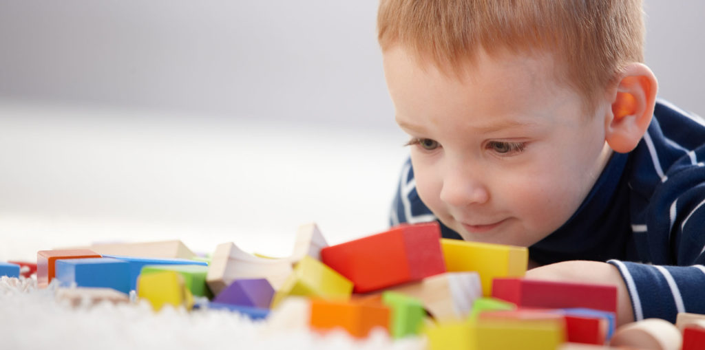 Terapia para autistas envolve crianças e familiares